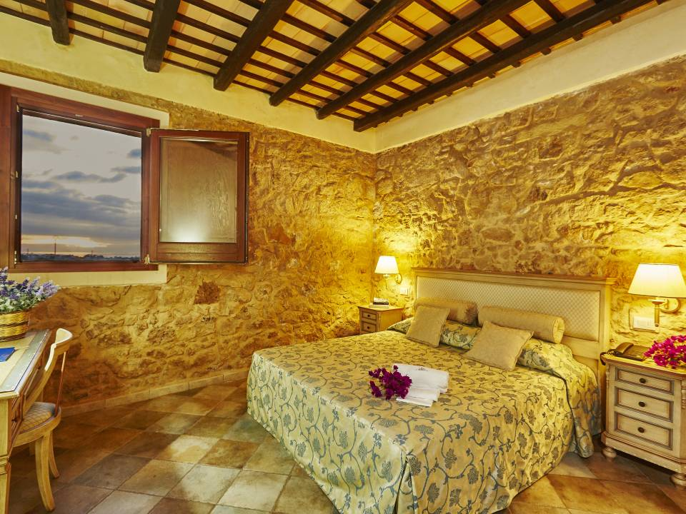DELUXE ROOM WITH STONE WALL - Baglio Donnafranca - Ansaldi winery - Ansaldi Winery - Baglio Donna Franca 1