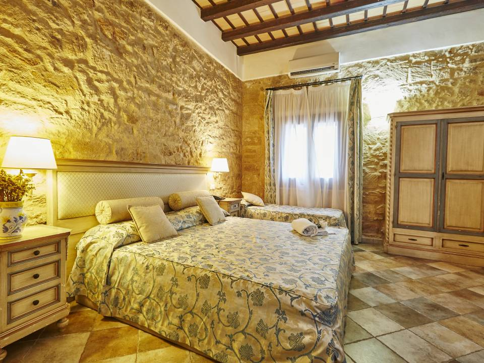 DELUXE ROOM WITH STONE WALL - Baglio Donnafranca - Ansaldi winery - Ansaldi Winery - Baglio Donna Franca 2