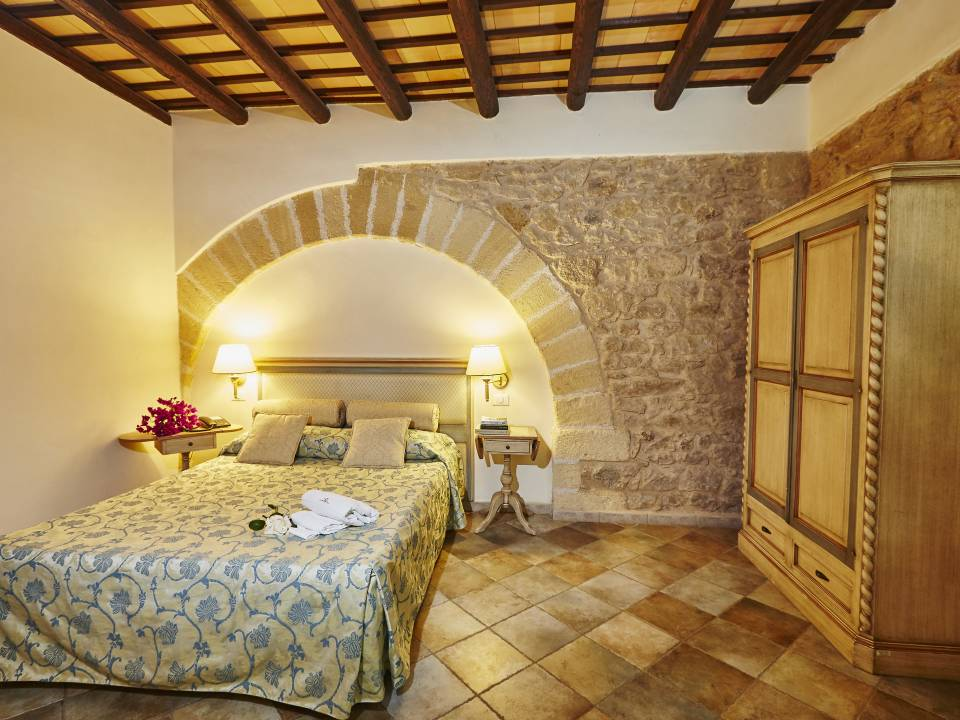 DELUXE ROOM WITH STONE WALL - Baglio Donnafranca - Ansaldi winery - Ansaldi Winery - Baglio Donna Franca 4